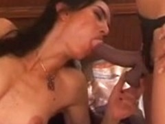 Beauty acquires on daybed and sucks on girlfriends wang knob