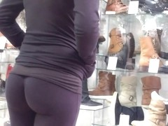 Splendid looking babe in tight leggings has a very athletic ass