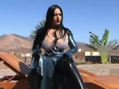 chocolate mouse in latex sucks cock