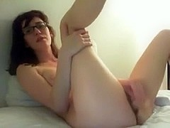 Nerdy amateur masturbates on webcam
