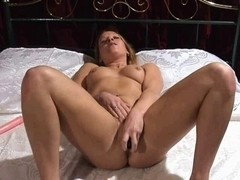 British wench Faye Rampton plays with herself