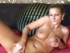 Fascinating hottie playing with her mangos