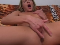 Girlfriend with pretty pussy rubs it one camera