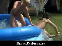 Girls catfight because of infidel guy