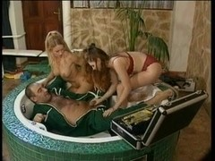 Anal & fisting 3some in the bathtub!