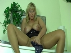 Blonde babe shoves a dildo into her pussy.