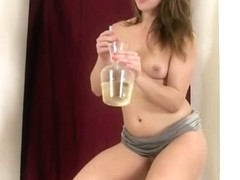 Watersports babe pours piss over herself